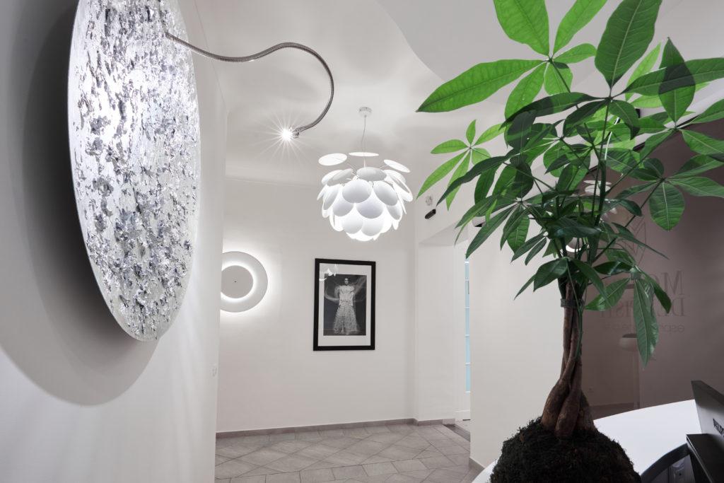 Fotografia di architettura a Biella, studio dentistico Motta, ambiente moderno bianco e luminoso